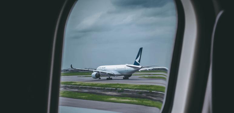 Imagen tomada desde el avión a otro avión en la pista.