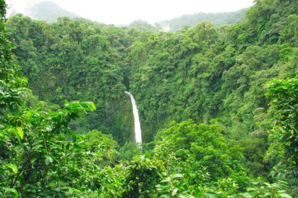 La cercanía del volcán Poás y la Fortuna Waterfall en Costa Rica