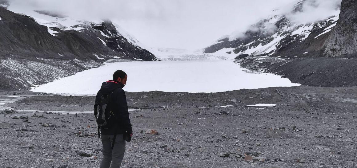 Chico mirando el glaciar Athabasca